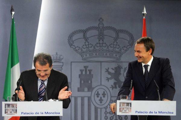 El ex presidente español, José Luis Rodríguez Zapatero, comparece junto al ex primer ministro italiano, Romano Prodi, en La Moncloa en 2006.