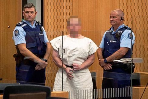 """Brenton Tarrant, autor del atentado contra dos mezquitas en Nueva Zelanda, hace el gesto de """"ok"""" ante las cámaras."""