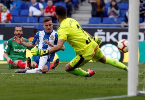 Pedrosa bate a Pacheco en la acción del 1-0 en Cornellá.