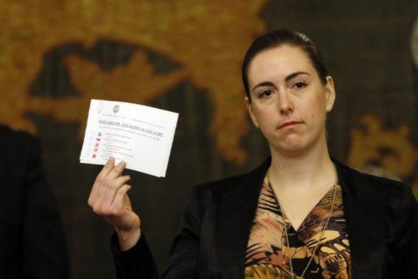 Nerea Belmonte enseñando su abstención.