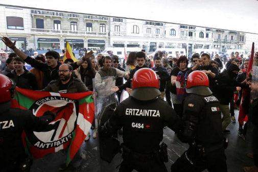 Los radicales se enfrentan a agentes de la Ertzaintza tras el mitin de Vox en San Sebastián.