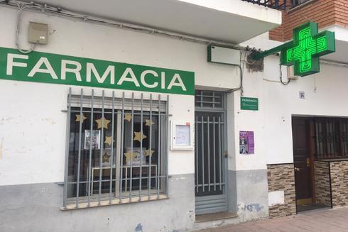 Fachada de la farmacia de la localidad de Cirat.