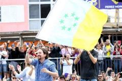 Empuña la bandera independentista canaria