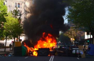 Radicales de la izquierda abertzale cortan la Gran Vía y el tranvía en Bilbao contra Vox