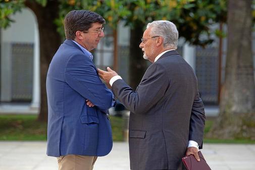 El Defensor del Pueblo Andaluz, Jesús Maeztu, con el vicepresidente de la Junta, Juan Marín.