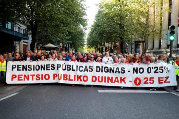 GRAF800. BILBAO.- Cientos de pensionistas se manifiestan en Bilbao para pedir <HIT>pensiones</HIT> públicas dignas, coincidiendo con el arranque de la campaña para las elecciones generales del 28 de abril.