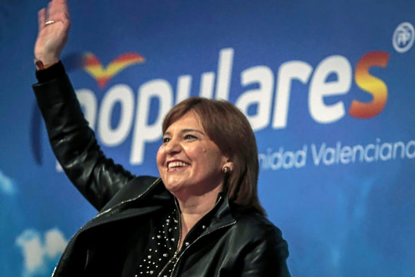 La candidata del PP a la Presidencia de la Generalitat, Isabel Bonig, en un acto con militantes.