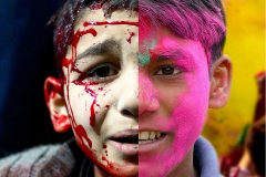A la izquierda un niño sirio, a la derecha un niño indio en el festival holi.