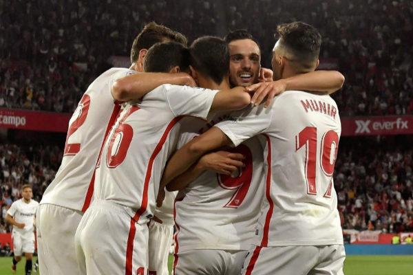 Los jugadores del Sevilla felicitan a Sarabia por su gol al Betis.