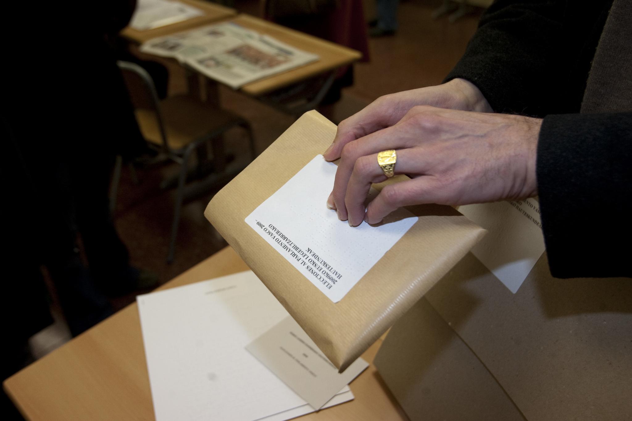 Un paquete con las papeletas para que personas ciegas puedan votar en secreto.