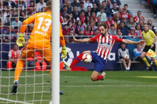 Juanfran controla un balón frente al Celta.