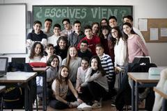 Alejandro Galán, rodeado por sus alumnos de 3º de la ESO del instituto Cuatro Villas de Berlanga (Badajoz)