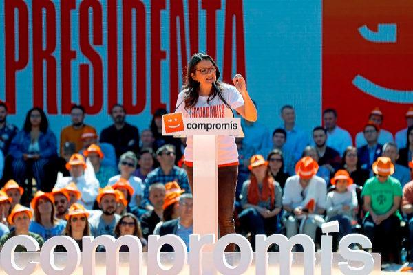 El público atiende a las palabras de Mónica Oltra en el acto central de campaña de Compromís.
