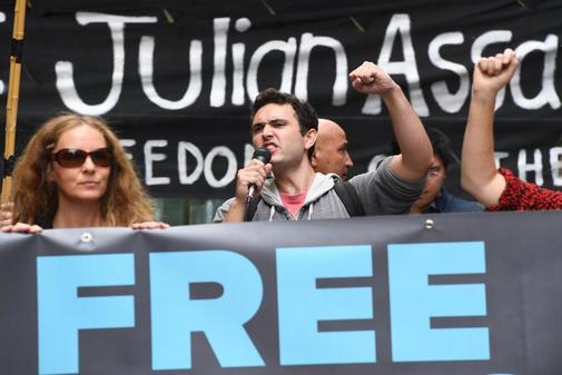 Manifestantes sostienen pancartas durante un mitin para pedir la liberación del fundador de WikiLeaks, Julian Assange este viernes, en Sídney, (Australia). El presidente de Ecuador, Lenin Moreno, retiró el asilo de Assange, luego de acusarlo de violar acuerdos internacionales, un protocolo especial de Convivencia y participación en una trama de desestabilización institucional. Assange fue arrestado por las autoridades británicas el 11 de abril de 2019.