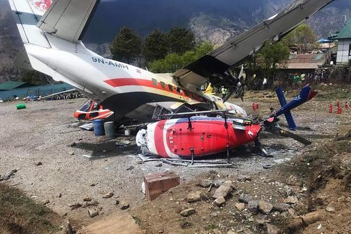 Restos del avión Summit Air Let L-410 Turbolet con destino a Katmandú tras chocar con dos helicópteros durante el despegue en el aeropuerto de Lukla, a región del Everest