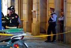 Un hombre que podría ir armado se ha atrincherado este sábado en un piso del centro de Barcelona, donde amenaza con autolesionarse, lo que ha movilizado a agentes del equipo de negociación de los Mossos d'Esquadra para tratar de deponer su actitud.
