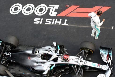 Hamilton sale del coche tras su triunfo en Shanghai.