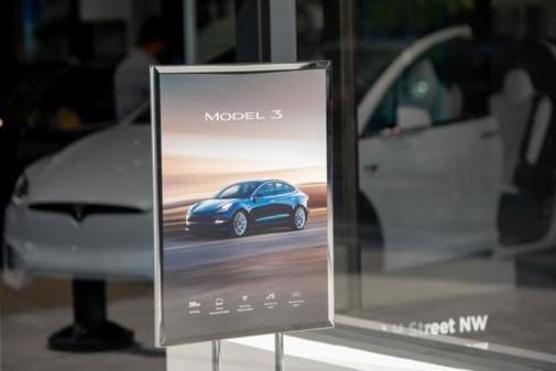 Publicidad del Model 3 de Tesla en uno de sus concesionarios en Washington