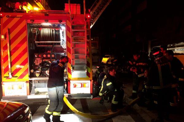 Los bomberos tras sufocar el fuego.