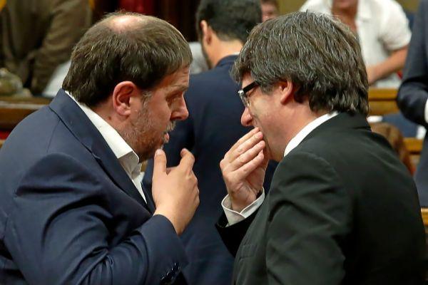 El ex presidente Puigdemont y el ex vicepresidente Junqueras conversando en el Parlament, en una imagen de 2017.