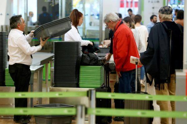 Control de seguridad en el aeropuerto de Barajas.