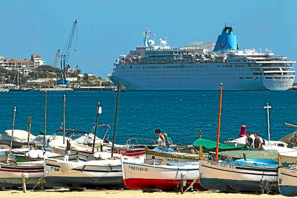 Un crucero atracado en el Puerto de Palamós.