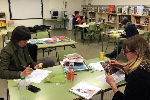Trabajos en el proyecto 'Biblioteca y Género' en la biblioteca de la escuela pública Tàber de Barcelona.