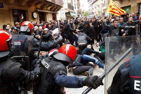 Radicales de la izquierda 'abertzale' cercan a Cs en Rentería a golpe de cacerola e insultos