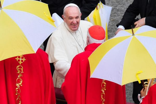 El Papa Francisco con cardenales al final de la misa del Domingo de Ramos.