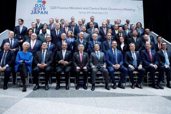 Los ministros de Economía y banqueros centrales posan para la foto oficial de la última cumbre de Primavera del FMI.