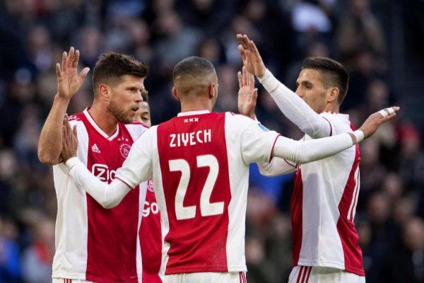 Huntelaar, Ziyech y Tadic celebran un gol del Ajax en la liga holandesa.