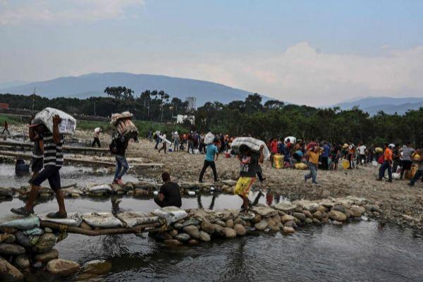 La gente transporta mercancías en la frontera entre Cúcuta en...