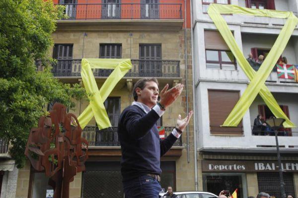 Albert Rivera, durante su intervención en la plaza de los Fueros de Rentería, donde fue recibido con grandes lazos amarillos y una cacerolada.