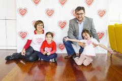 Cecilia, a la derecha, con sus padres y su hermana pequeña.