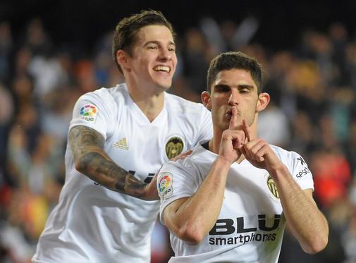 Gonçalo Guedes celebra el segundo gol del Valencia ante el Levante en el estadio de Mestalla.