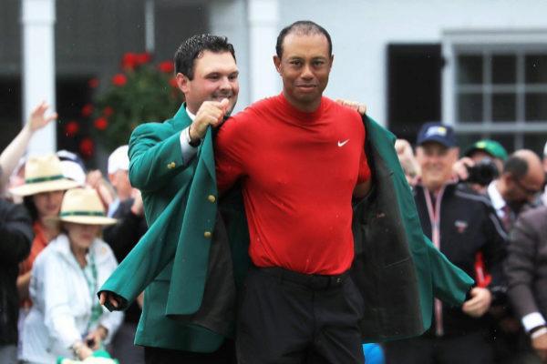 Tiger Woods se enfunda la chaqueta verde en Augusta