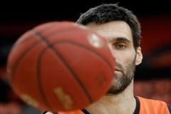 El jugador del Valencia Basket, Fernando San Emeterio, durante el entrenamiento previo al tercer y definitivo partido de la Final de la Eurocup.