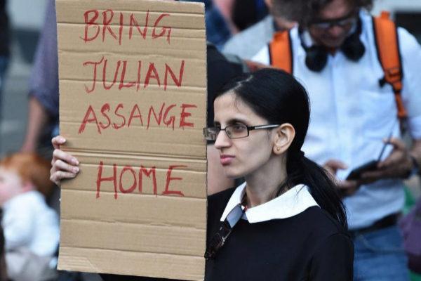 Varias personas muestran su apoyo al fundador de WikiLeaks, Julian Assange, en Melbourne (Australia).