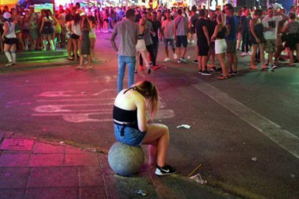 Una turista sentada en un punto de Punto Ballena.