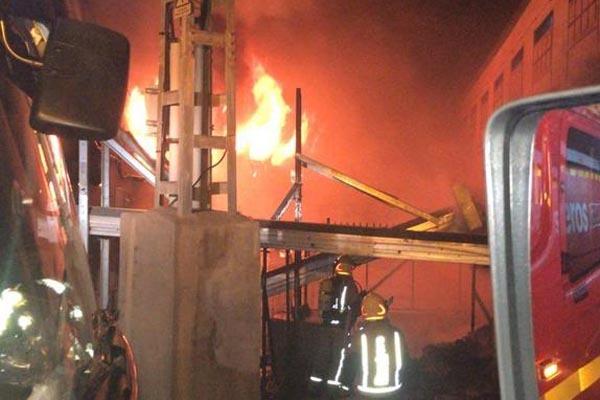 Una imagen de las labores de extinción del incendio
