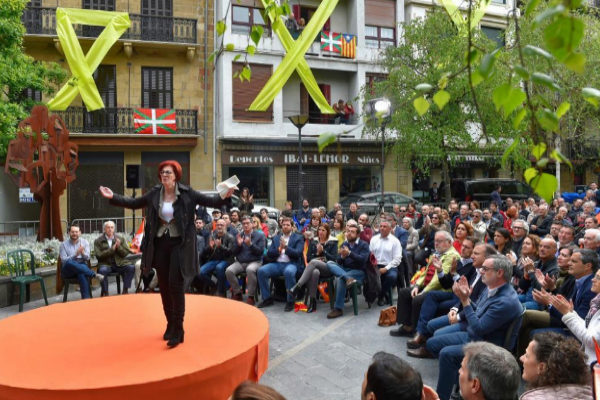 Maite Pagazaurtundua, rodeada de símbolos independentistas, durante su intervención en Rentería.
