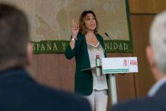 La secretaria general del PSOE-A, Susana Díaz, se dirige a los parlamentarios socialistas la semana pasada en la Cámara autonómica.
