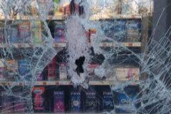 El cristal roto de la máquina expendedora de la famacia de Bauzá.
