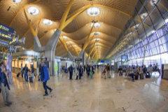 Pasajeros caminando en el aeropuerto de Barajas