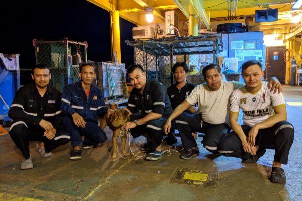 La tripulación que rescató a Merit posan junto a ella.