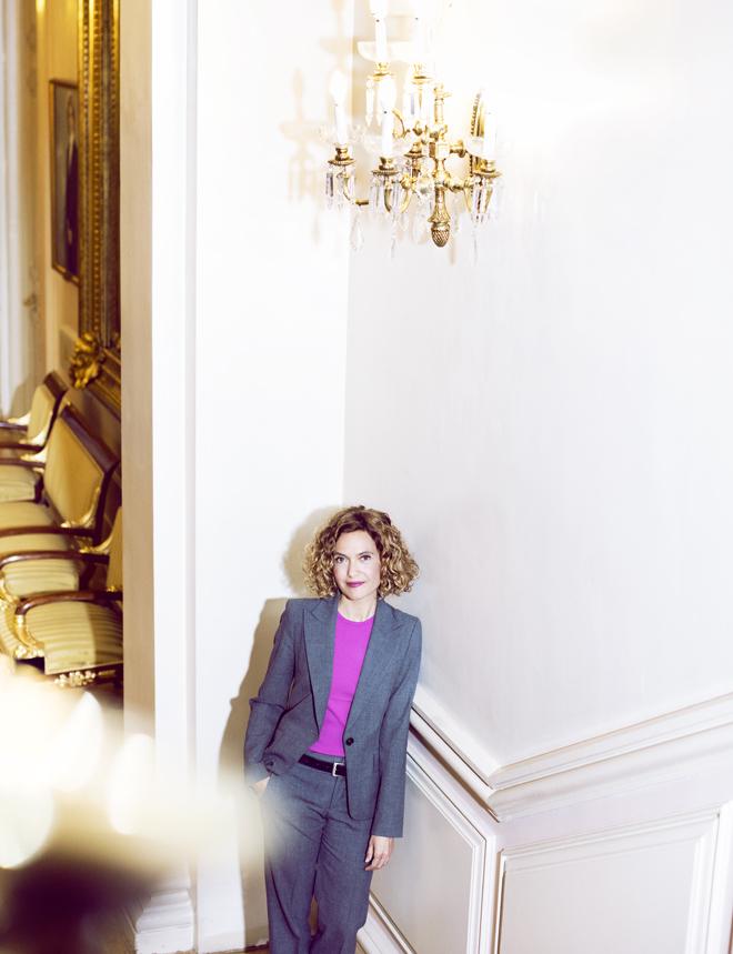 La ministra, en la escalera del Ministerio, ubicado en el centro de Madrid, en el palacio de Villamejor, que fue sede de la Presidencia de Gobierno hasta que Adolfo Suárez la trasladó a Moncloa en 1977.