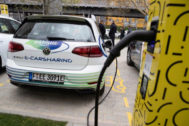 HYJ07. BERLÍN (ALEMANIA).- Un <HIT>coche</HIT> eléctrico de una compañía de vehículos compartidos conectado a su carga durante la inauguración del primer centro de la compañía Jelbi de movilidad compartida, este viernes, en Berlín, Alemania.
