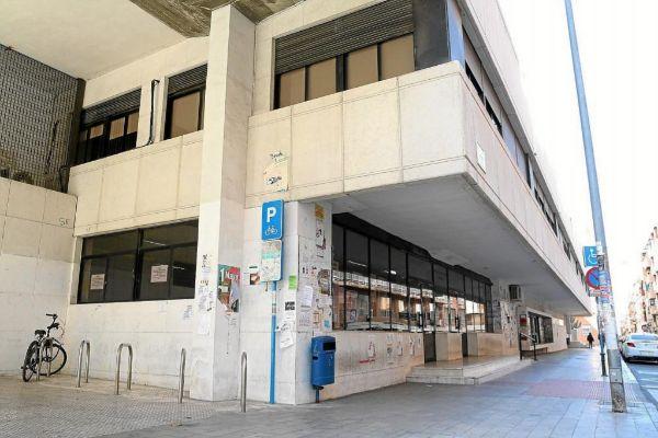 Fachada de la Escuela Oficial de Idiomas de Alicante, en la calle Marqués de Molins.
