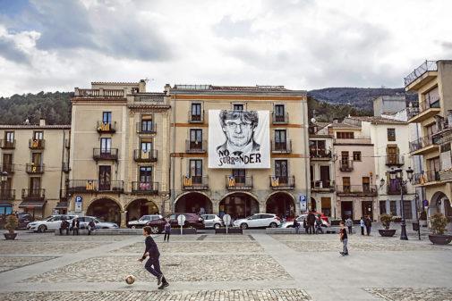 Cartel de Carles Puigdemont, en la plaza de la Villa de Amer (Gerona)