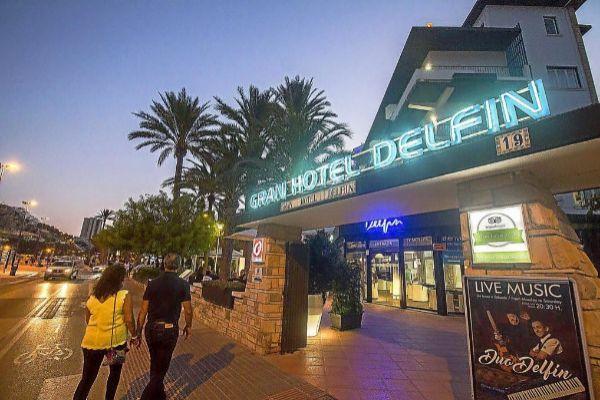 La entrada al Hotel Delfín, en la Playa de Poniente de Benidorm.